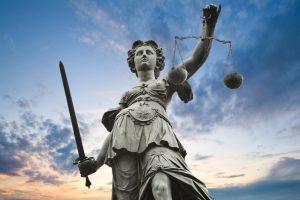 La Justice, cette institution qui fait de notre société une structure libre, démocratique et juste se voit régulièrement conchier dessus par les politiciens de droite.
